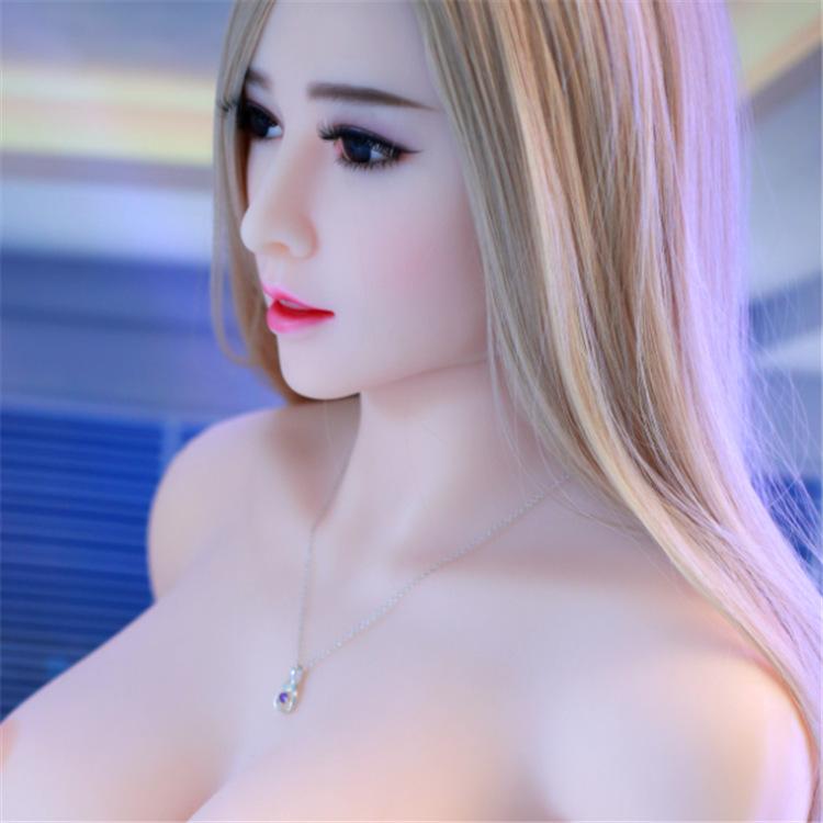 Nếu dựa vào tiêu chí chủng loại, có thể phân chia thành búp bê tình dục nam và búp bê tình dục nữ, phục vụ cho phái mạnh, phái yếu và cộng đồng giới tính thứ ba.  - Nếu dựa vào tiêu chí chất liệu cấu tạo, có thể phân loại thành búp bê tình dục silicon và búp bê tình dục bơm hơi. Thông thường, búp bê tình dục silicon sẽ có giá đắt hơn hẳn búp bê bơm hơi.  - Nếu dựa vào tiêu chí kích thước thì có thể phân chia thành búp bê tình dục bán thân (thường là từ phần ngực trở xuống đến ½ đùi) và búp bê tình dục toàn thân có kích thước giống người thật.
