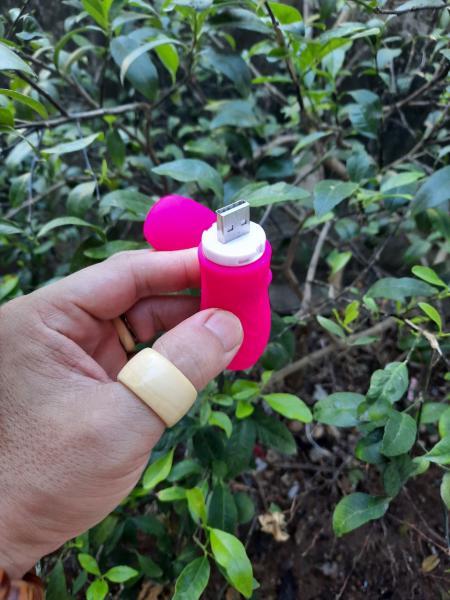 Chất liệu an toàn: Trứng rung tình yêu có dây LUMINOS được làm từ chất liệu cao cấp không gây hại cho cơ thể, thân thiện với môi trường và đạt các tiêu chuẩn khắt khe trước khi bày bán trên thị trường đồ chơi tình dục. Điều khiển từ xa cung cấp cho bạn nhiều công dụng: sản phẩm này có thể được điều khiển độc lập và từ xa. Thật tuyệt vời khi sử dụng remote giúp bạn gái thủ dâm hay quan hệ vì nếu đưa Ivy vào âm đạo thì bạn luôn dễ dàng thay đổi chế độ rung.
