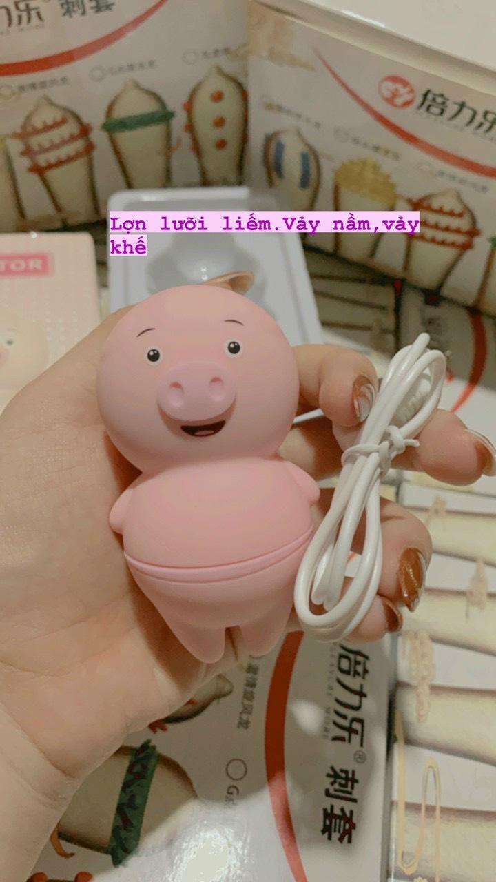 Miếng lót đồ chơi tình dục: Đồ chơi tình dục mini. Ngôn ngữ heo liếm được xuất bản gần đây đã được khách hàng yêu cầu và nhận được nhiều lời khen ngợi với hơn 10.000 đơn đặt hàng và tiếp tục phát triển. Hình ảnh đại ca Heo gây sốt và hút hồn phái đẹp: một cô gái xinh xắn, bụ bẫm, trang điểm rất chân thực, bước đi mạnh mẽ khiến ai cũng muốn nhún nhảy.  Toàn bộ thân lưỡi liếm của Piggle được làm từ nhựa ABS cao cấp là silicone y tế mềm mại, không bám vân tay, mũi và hơn hết là lưỡi. Lưỡi liếm mèo con đang bú: bạn cảm thấy một bàn tay mềm đang đẩy mạnh vào bạn để bạn có thể ôm mèo con một cách thoải mái. Nếu bạn phải dùng lưỡi để liếm âm đạo, tất cả những gì bạn phải làm là xoay người tự sướng để lưỡi tiếp xúc với tâm của cơ thể. Sản phẩm lưỡi heo được thiết kế để chị em có thể tự sướng với chiếc lưỡi mềm mại mà không cần liếm lưng, rất thích hợp để kích thích các vùng nhạy cảm như vú, củ, bộ phận sinh dục và bẹn.